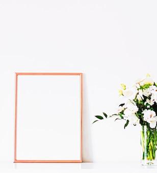 Rama w kolorze różowego złota na białych meblach luksusowy wystrój domu i projekt do druku plakatu maki...