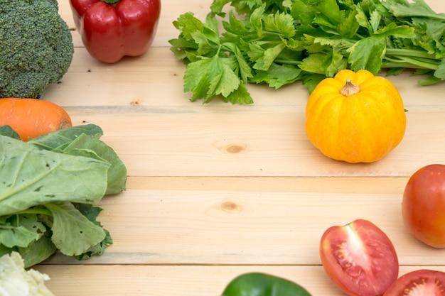 Rama warzywna z pomidorami, papryką, marchewką, sałatą dyniową i zielonym warzywem