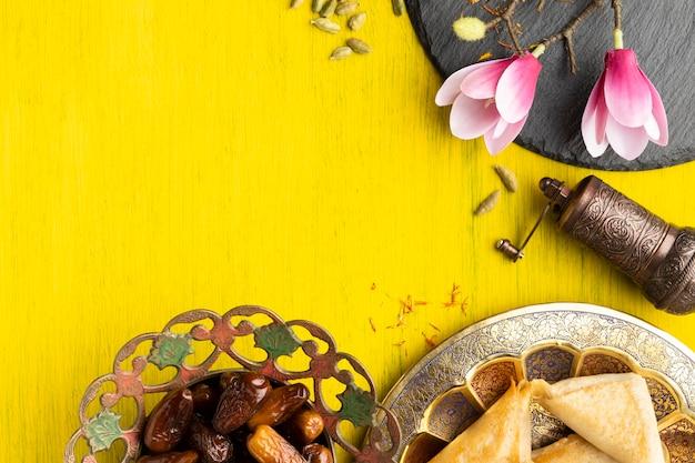 Rama widok z góry z jedzeniem i kwiatem