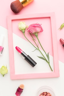 Rama widok z góry z produktami kosmetycznymi na stole