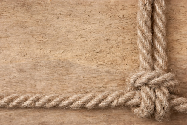 Rama wykonana z liny na drewnianej przestrzeni