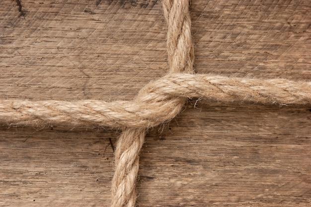 Rama wykonana z liny na drewnianym tle