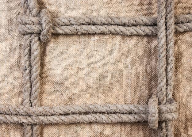 Rama wykonana z liny na tle płótna