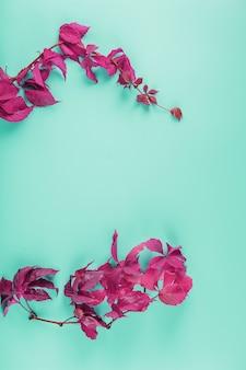 Rama wykonana z liści bluszczu jesiennego czerwonego