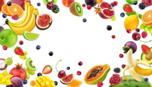 Rama wykonana z owoców i jagód na białym tle