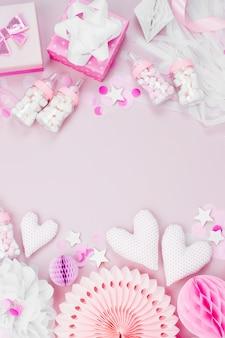 Rama wykonana z różowego i białego papieru dekoracje na przyjęcie baby shower. to dziewczyna. płaski układanie, widok z góry