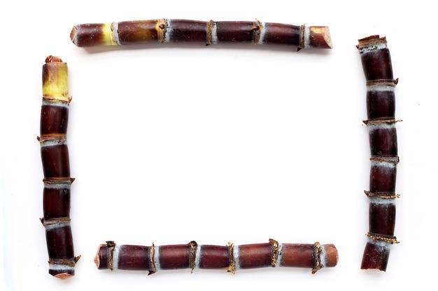 Rama wykonana z trzciny cukrowej na białym tle.