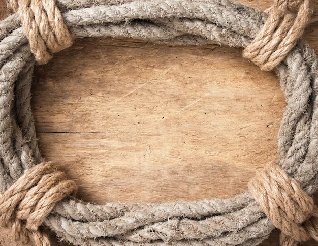 Rama wykonana ze skręconej liny na drewnianym tle