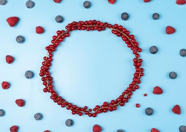 Rama z czerwonych porzeczek i jagód z malinami