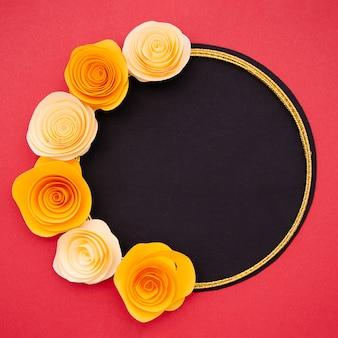 Rama z jasnymi pomarańczowymi kwiatami