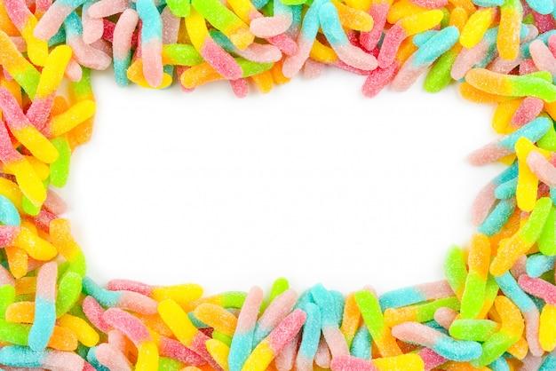 Rama z kolorowych cukierków gummy na białym tle. widok z góry. miejsce na tekst lub projekt.