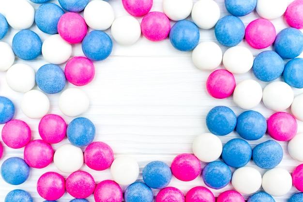 Rama z kolorowych cukierków miętowych