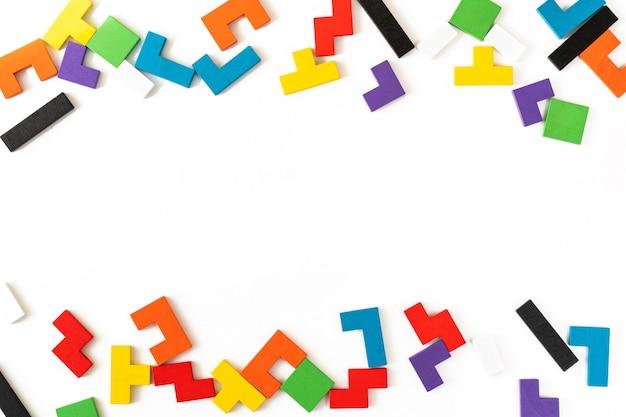 Rama z kolorowych różnych kształtów drewnianych bloków na białym tle. naturalne, ekologiczne zabawki dla dzieci. koncepcja kreatywnego, logicznego myślenia. leżał płasko. copt space.