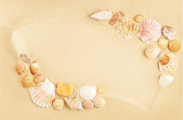Rama z muszelek na piasku. mieszkanie świeckich, kopia przestrzeń.