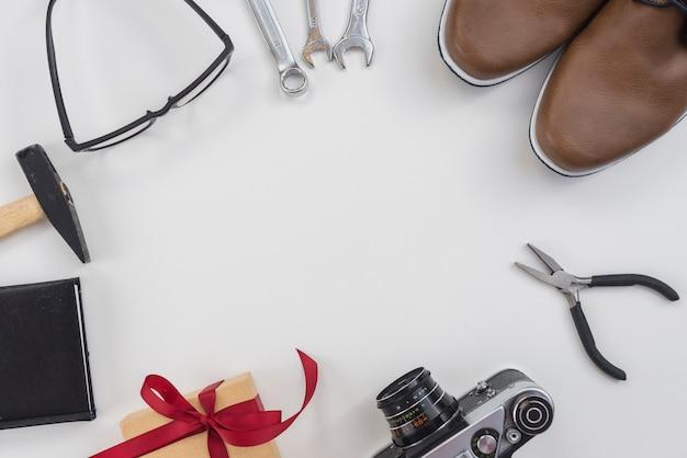 Rama z narzędzi, aparatu i buty człowieka