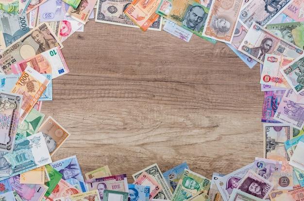 Rama z różnych banknotów z pustą przestrzenią pośrodku