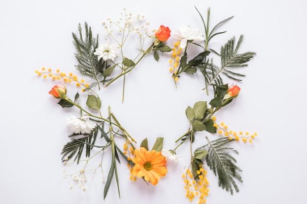Rama z różnych kwiatów na stole