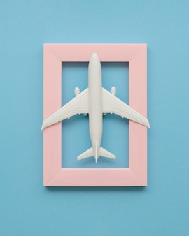 Rama z samolotem na górze