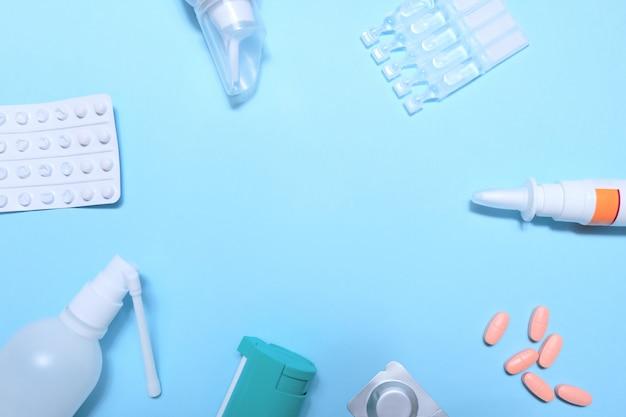 Rama z wielu tabletek i pigułki na niebieskim tle