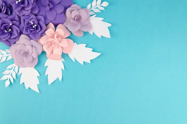 Rama z wiosny papierowymi kwiatami na błękitnym tle