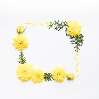 Rama z żółtych kwiatów i liści