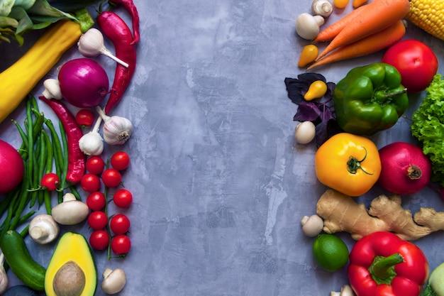 Rama zdrowych kolorowych przypraw korzennych o smaku świeżych owoców i warzyw organicznych przeciwutleniaczy dla wegańskich lub wegetariańskich przepisów na białym tle na szarym tle. pojęcie zdrowego stylu życia
