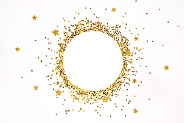 Rama ze złotymi cekinami w kształcie gwiazdy ułożona w okrąg.