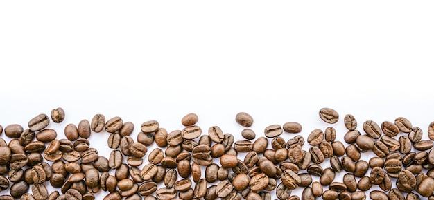 Rama ziaren kawy na białym tle