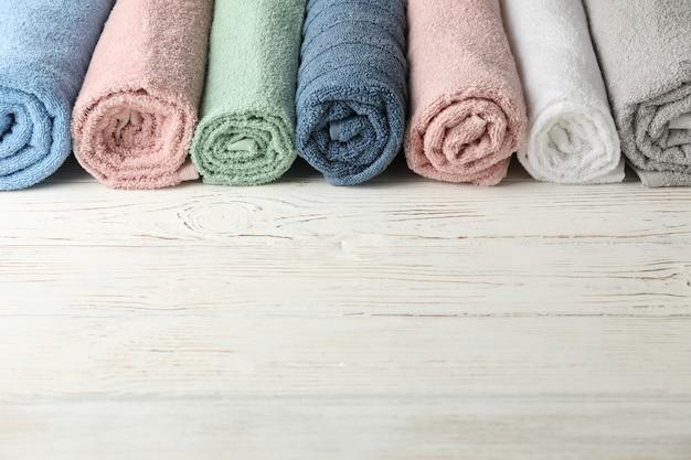 Rama zrolowane ręczniki na biały drewniany, miejsca na tekst