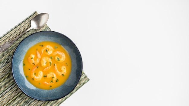 Rama zupy z krewetek brazylijskich leżących płasko