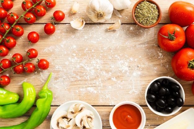 Rama żywności z pomidorami i oliwkami