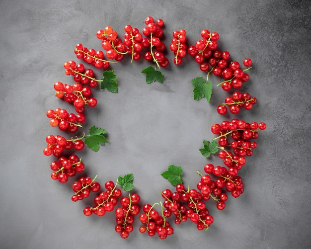 Rama żywności ze świeżych czerwonych porzeczek z zielonymi liśćmi