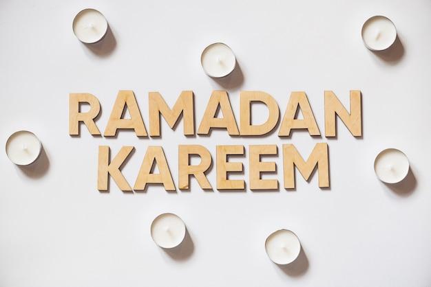 Ramadan kareem drewniane litery ze świecami