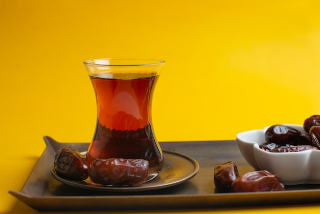 Ramadan kareem festival, daty w misce z filiżanką czarnej herbaty