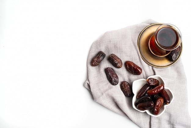 Ramadan kareem świąteczny, zamknij daty na miskę i filiżankę czarnej herbaty