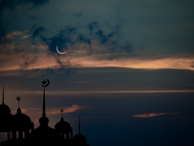 Ramadan kareem symbole religii meczety kopuła w zmierzchu noc z półksiężycem i niebo ciemne czarne tło dla eid alfitr arabski koncepcja eid aladha