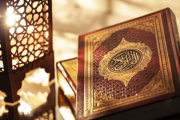 Ramadan kareem ze świętym koranem i latarnią