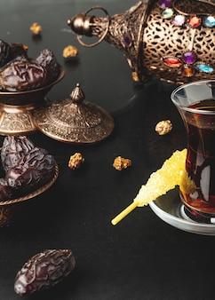 Ramadanowa kompozycja z filiżanką herbaty i suszonymi daktylami
