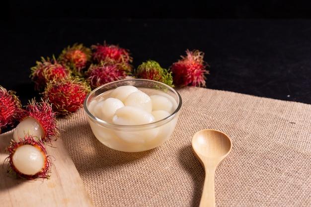 Rambutan w syropie w szklanym kubku służył jako deser i przekąska