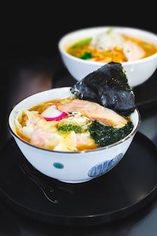 Ramen pork bone soup (tonkotsu ramen) z chashu pork, scallion, wanton, menma (sezonowe pędy bambusa), suszone wodorosty.
