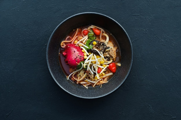 Ramen tradycyjne jedzenie kuchni azjatyckiej w tle