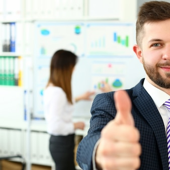 Ramię męskie pokazuje ok lub potwierdza podczas konferencji w biurze