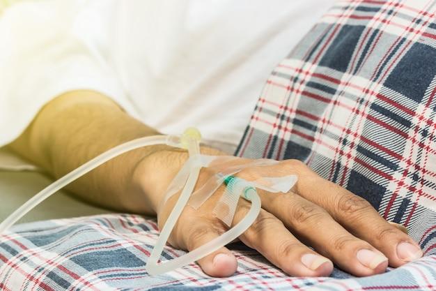 Ramię pacjenta z igłą saline