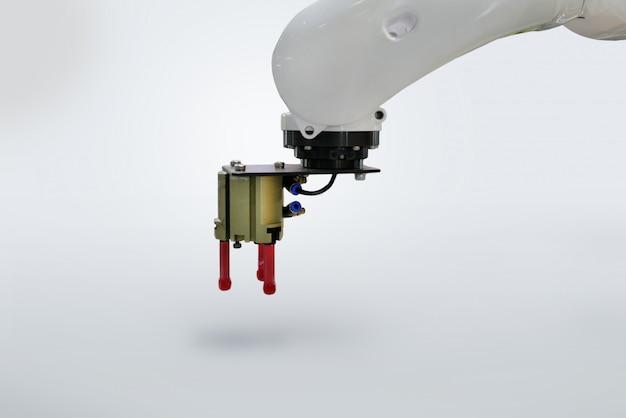 Ramię zaciskowe robota przemysłowego na białym tle.