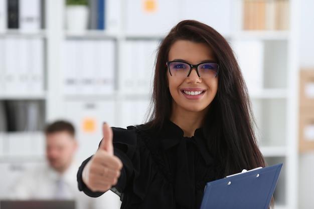 Ramię żeńskie pokazuje ok lub potwierdza podczas konferencji