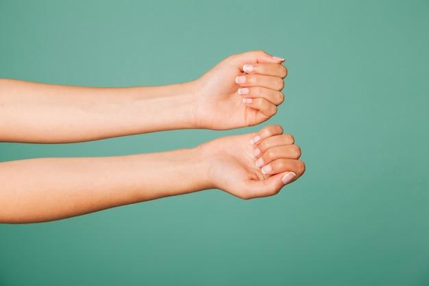 Ramiona pokazujące paznokcie