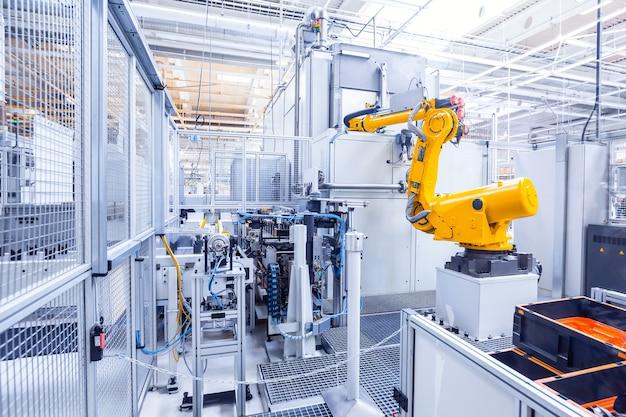 Ramiona robotów w fabryce samochodów