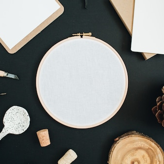Ramka do haftu, schowek, ręcznie robiona łyżka, stożek na czarnej tablicy kredowej