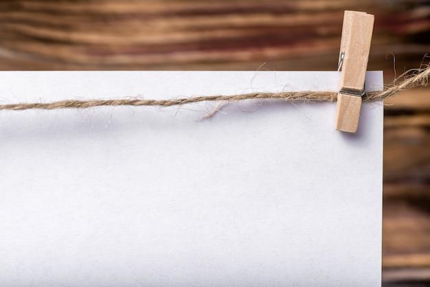 Ramka do zdjęć, notatki. ramka do zdjęć biznesowych z białego samodzielnie. pusta ramka na zdjęcia. białe prześcieradła na kołnierzu. drewno tle. idealny dla biznesu, notatek, sprzedaży