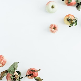 Ramka graniczna jabłek na białej powierzchni. widok z góry na płasko